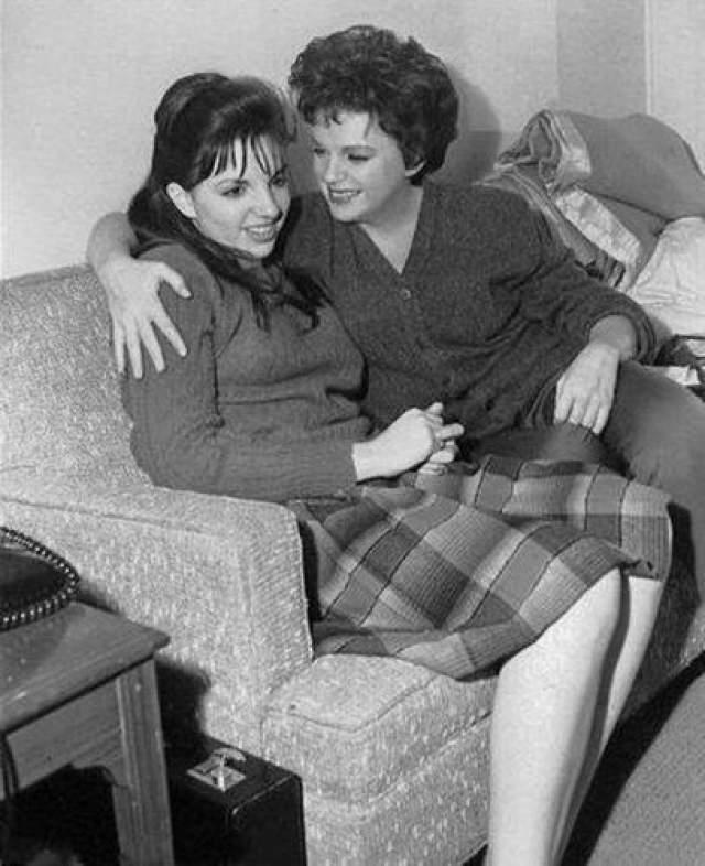 """Она начала выступать с двух лет, её пение и актёрские способности принесли ей мировую славу. В 1999 году Джуди Гарленд была включена Американским институтом киноискусства в список величайших американских кинозвёзд. При этом ее дочь Лайза была даже номинирована на """"Золотую малину""""."""