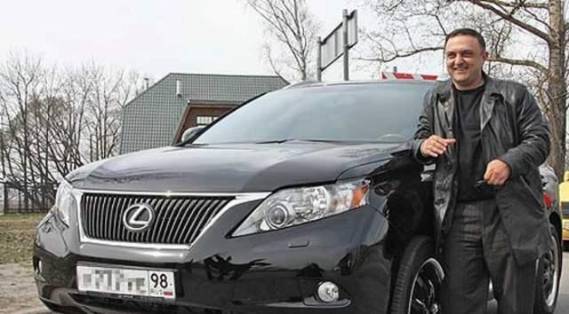 """Бегракян приобрел сразу несколько собственных в центре Санкт-Петербурга и новый Lexus. Немного вложил в свой бизнес, выкупил земельный участок, находящийся в Краснодарском крае и решил построить там гостиницу. 12 млн рублей разошлись """"в долг"""" друзьям и знакомым."""