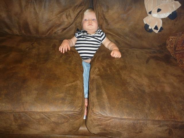 Даже диван помогает папе сидеть с малышом.