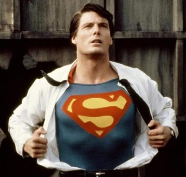 """Для этого они взяли на главную роль актера Брэндона Рута, очень похожего на Кристофера Рива из предыдущих фильмов, и с помощью компьютерных эффектов """"оживили"""" скончавшегося в 2004 году классика Марлона Брандо, чтобы он вновь изобразил криптонианского отца Супермена."""