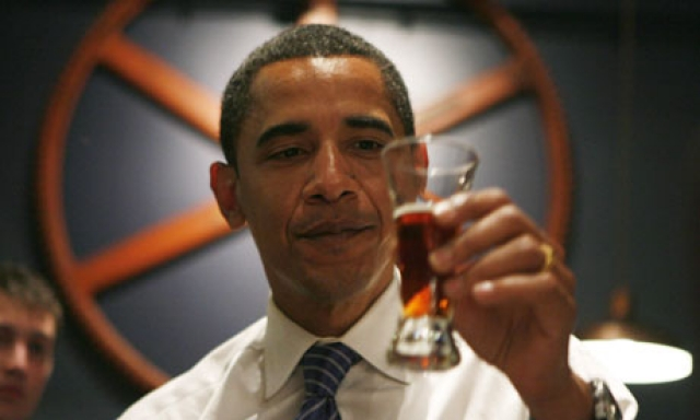 Среди других странностей президента США - пивоварение. В 2012 году Обама оборудовал на территории Белого дома мини-пивоварню, где варит собственный сорт пива под названием «Медовый эль Белого дома» (White House Honey Ale).