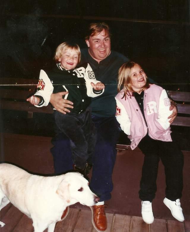 Джон Кэнди. Комедийный актер скончался во сне от инфаркта в возрасте 43 лет. У них с супругой было двое детей: дочь Дженнифер и сын Кристофер.