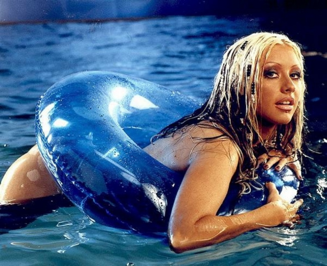 """Кристина Агилера 2003 Кристину Агилеру считают голосом поколения и дивой сцены, девушка является обладательницей 6-и премий """"Грэмми"""" и одной """"Латинской премии Грэмми""""."""