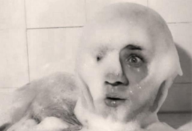 При съемках оказалось, что стекло дает блики, после чего режиссер приказал стекло убрать, а Леонову не говорить. Когда Евгений Павлович намылил голову, в помещение впустили тигра, который с любопытством подошел понюхать намыленного актера.