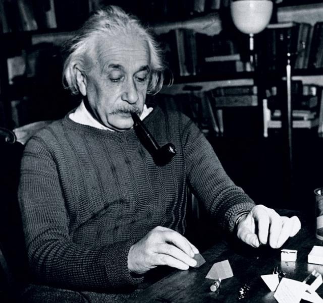"""Эйнштейн был любителем трубки. Пожизненный член клуба Монреальских курильщиков трубок, Эйнштейн сказал следующее: """" Курительная трубка способствует спокойно и объективно судить о делах человеческих """""""