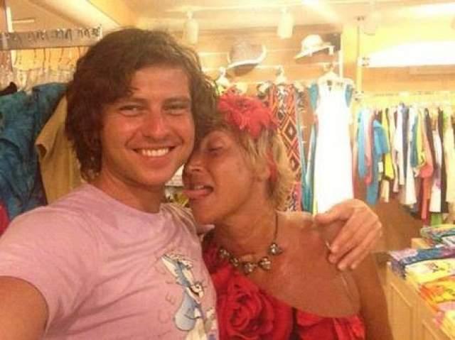 Прохор Шаляпин В середине 2013 -го года молодой певец сочетался браком с состоятельной бизнесвумен Ларисой Копенкиной. Весьма примечатлень, что счастливой невесте в тот момент уже было 52 года (по другим данным 57!)