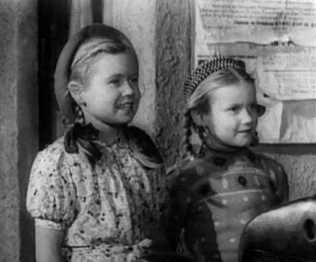 """Через четыре года девочки сыграют вместе еще в одном фильме - """"Счастливый рейс"""", аде режиссером будет отец Светланы - Владимир Немоляев"""