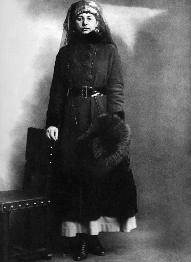 В 1916 у французской контрразведки появились первые указания на ее причастность к работе на Германию. Узнав об этом, Мата Хари сама явилась во французские спецслужбы и предложила свои услуги им.