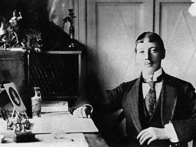 Николай Гумилев Русский поэт Серебряного века, прозаик, переводчик и литературный критик, называл себя убежденным монархистом.