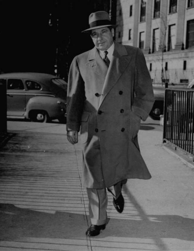 """Фрэнк Костелло Фрэнк Костелло был родом из Италии, как и многие другие знаменитые мафиози. Он возглавлял наводившую ужас, и знаменитую в криминальном мире семью Лучиано. Фрэнк переехал в Нью-Йорк в возрасте четырех лет и, как только подрос, тут же нашел свое место в мире преступников, возглавляя банды. Когда печально известный Чарльз Лучано по кличке Счастливчик отправился в тюрьму в 1936 году, Костелло быстро поднялся по """"карьерной"""" лестнице, возглавив клан Лучано, позже известный как клан Дженовезе."""