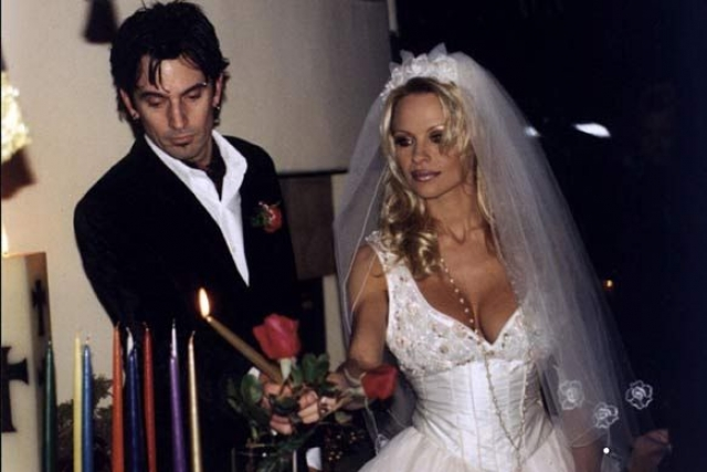 """Памела Андерсон (4 брака). Первым мужем звезды """"Плейбоя"""" стал рок-музыкант Томми Ли . Произошло это событие в 1995 году. Эти двое были знакомы всего лишь четыре дня и вдруг сыграли свадьбу. Через три года пара развелась."""