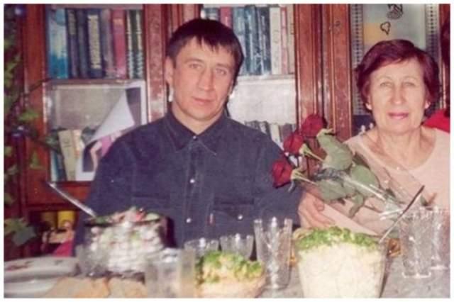 Устроиться на соответствующую ее опыту и навыкам работу Феодосии не удалось, и она стала реализатором на одном из местных рынков. Помогала дочери воспитывать внуков, а в 2005 году умерла.
