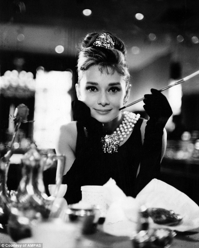 """Роль Холли Голайтли, сыгранная Хепберн в фильме """"Завтрак у Тиффани"""" 1961 года, превратилась в один из самых культовых образов американского кино XX века. Актриса назвала эту роль """"самой джазовой в своей карьере"""". """" Я интроверт. Играть девушку-экстраверта оказалось самой сложной вещью, которую я когда-либо делала""""."""