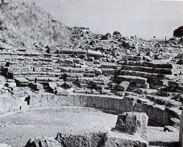 Позже стало известно, что находки принадлежали более раннему периоду (2400-2300 годы до н. э.), а гомеровская Троя находилась в верхних слоях почвы, которые Шлиман уничтожил во время раскопок.