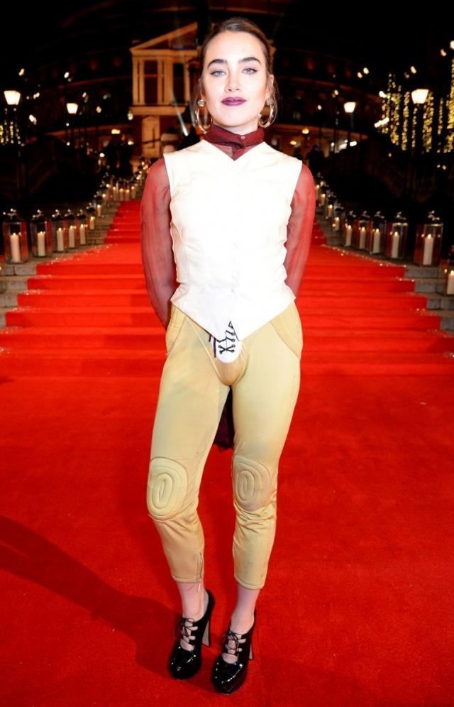 Известный голливудский визажист Исамайя Френч привела очевидцев в замешательство, выбрав для парадного выхода вот такой нелепый наряд.