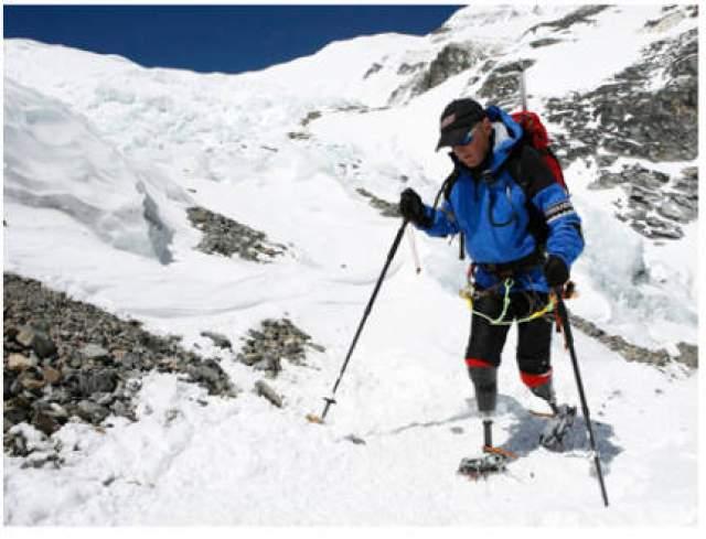 Фил Дул и Марк Инглис. В 1982 году молодые люди начали восхождение на гору Кука (или Аораки) – самую высокую вершину Новой Зеландии. Во время подъема на 3764 метровую гору их застала снежная буря. Альпинисты оперативно соорудили ледяное укрытие от снега и решили переждать буран.