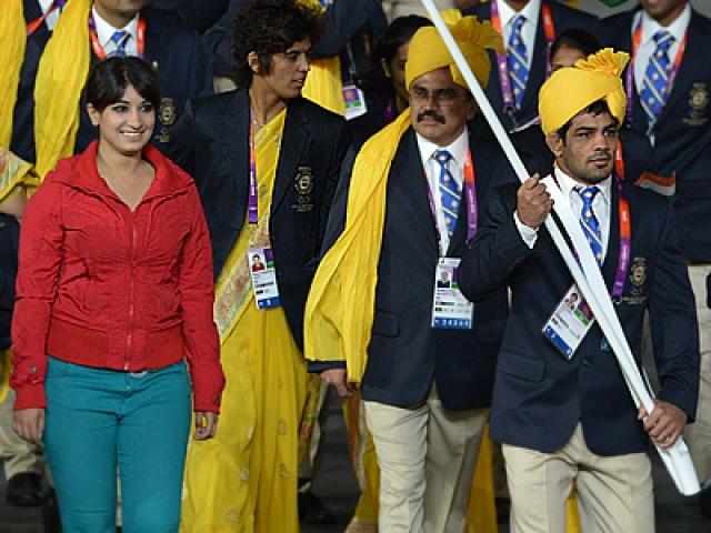 А вот конфуз открылся на следующий день, когда кто-то из индийских журналистов заметил неизвестную девушку, выбивавшуюся из делегации своей повседневной одеждой.