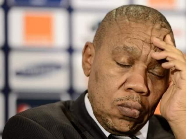 Президент Кубка Африканских наций Мвузо Мбебе прикорнул во время пресс конференции Кубра в 2013 году.