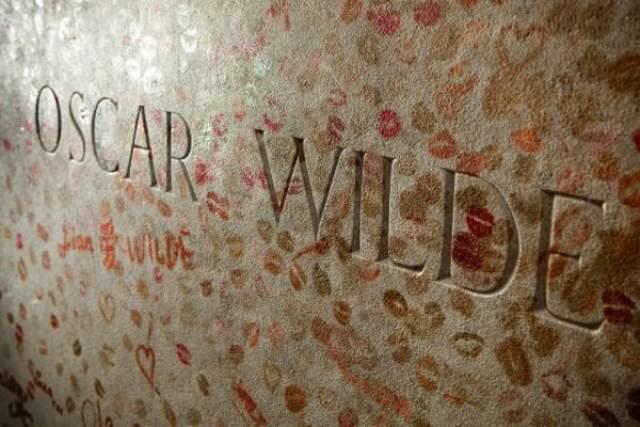 """В какой-то момент появилась традиция оставлять писателю """"поцелуй"""" на стенке гробницы."""
