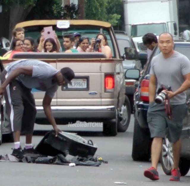 Затем баскетболист выкинул оборудование папарацци прямо на дорогу.