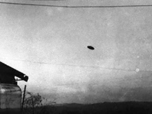 """Макминвилл, Орегон, 1950 8 мая 1950 года некая миссис Трент заметила НЛО вблизи своего дома и позвала своего мужа. Пол Трент успел сделать фотографию """"летающей тарелки, которую затем опубликовала местная газета. Снимок обрел известность, появившись 26 июля 1950 года на страницах журнала Life. Многочисленные проверки со стороны ряда экспертов доказали его подлинность. Возможным объяснением может быть воздушный зонд."""