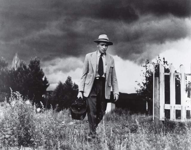 Сельский доктор, Юджин Смит, 1948. Для съемки этого репортажа Юджин Смит провел 23 дня в Креммлинге, штат Колорадо. День за днем он документировал жизнь неутомимого сельского врача Эренста Кериани. Смит следовал за врачом всюду - к пациентам, в лабораторию, на рыбалку.