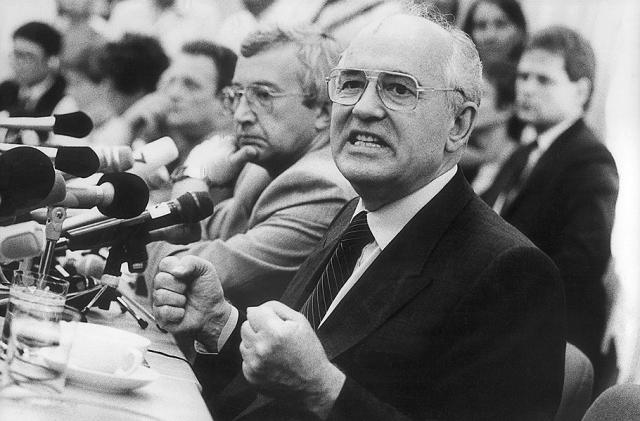 М.С.Горбачев. На жизнь последнего вождя СССР покушался 38-летний Александр Анатольевич Шмонов 7 ноября 1990 года.