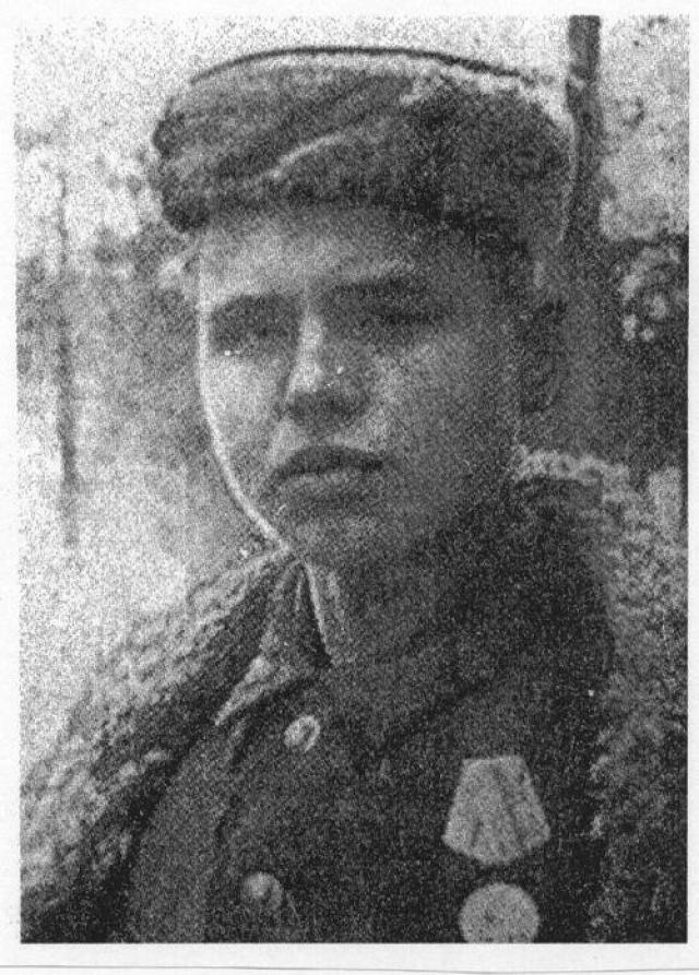 В 15 лет Леня принял решение уйти в партизаны. Разведчик 67-го партизанского отряда 4-й Ленинградской партизанской бригады с марта 1942 года. С тех пор он участвовал в 27 боевых операциях, лично уничтожил 78 вражеских солдат и офицеров.