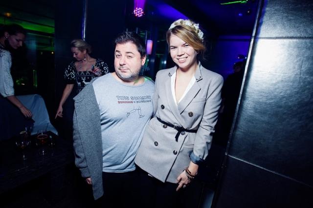 Сегодня Вика - жена шоумена Александра Цекало.