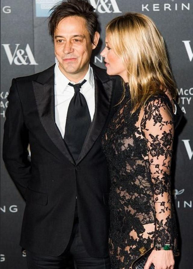 Прибыв с визитом в Англию, Линдси сразу же сообщила об этом мужу модели, что и расстроило Кейт. Джейми Хинс помогает Лохан с ее музыкальным проектом.