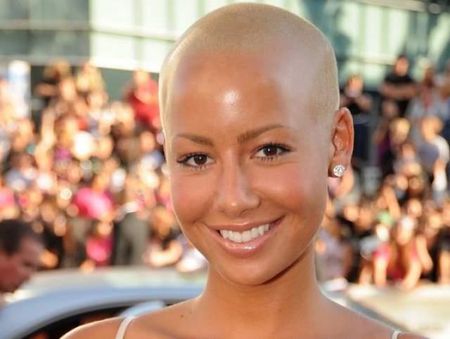 Отращивает лишний сантиметр волос девушка только ради того, чтобы выкрасить его в яркий цвет.