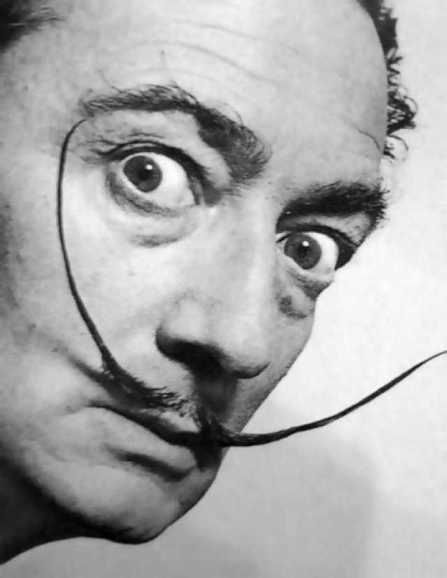 """Сальвадор Дали . Художник-миллионер известен не только оригинальностью в творчестве, но и эксцентричным поведением и имиджем """"безумца"""". Приехав в Нью-Йорк в 1934 году, в качестве аксессуара Сальвадор Дали носил в руках батон хлеба длиной 2 метра."""