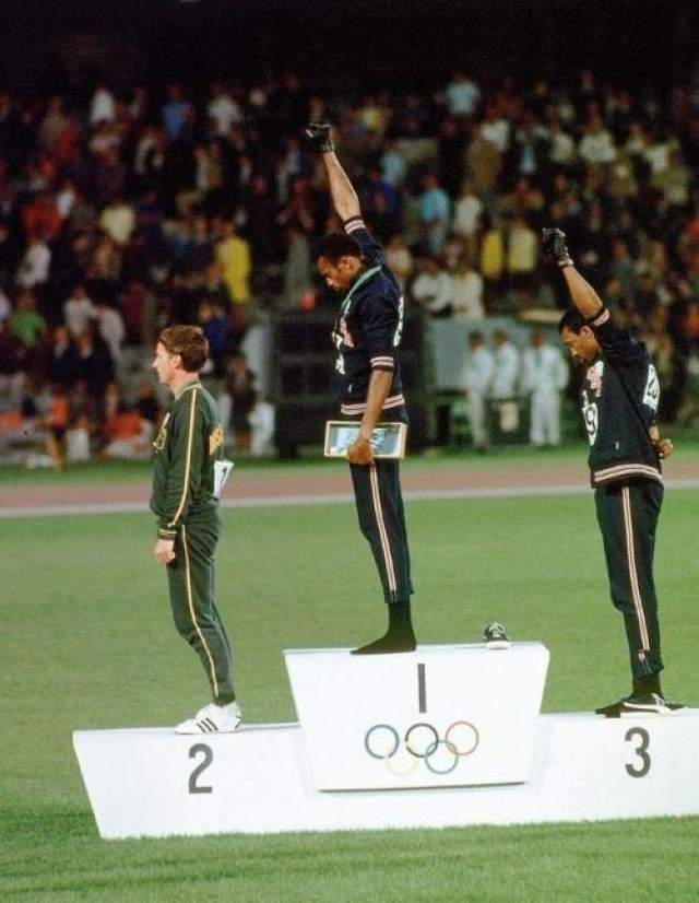 """За год до этого Томми Смит стал членом-учредителем организации """"Олимпийский проект за права человека"""". Целью проекта """"За права человека"""" было продемонстрировать, как США использует чернокожих атлетов, чтобы распространять ложь и внутри страны, и за ее границами."""