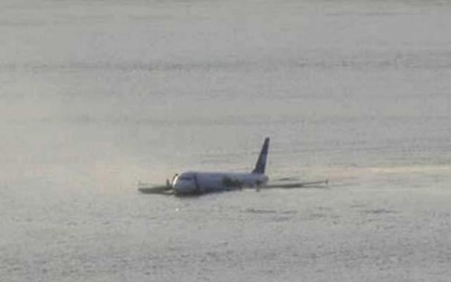 Трещина в хвостовой части увеличивается. Салоны быстро заполняются водой. Еще никто не знает, что всего через 24 минуты он окажется под водой. Все оставшиеся в самолете люди могут утонуть в ледяных водах Гудзона.