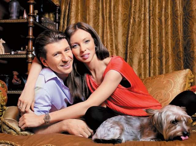 Алексей Ягудин и Татьяна Тотьмянина. Знакомы с конца 90-х, но встречаться начали летом 2008-го. Спустя год у них появилась дочь Лиза. В 2015-м они родили вторую дочь, которую назвали Мишель. А о браке речи все не было.