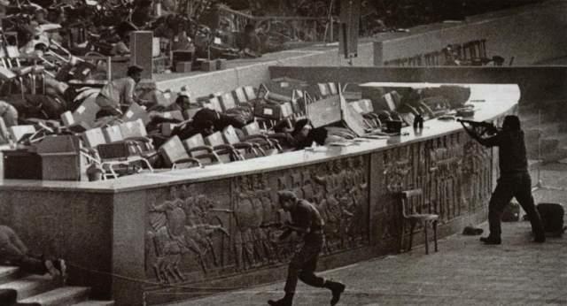 На 6 октября в Каире был намечен военный парад в честь годовщины арабо-израильской войны 1973 года. Парад начался ровно в 11:00 по местному времени. Президент Египта в сопровождении группы высокопоставленных лиц заняли места на трибуне. Ближе к концу парада, примерно в 11:40 артиллерийский грузовик внезапно затормозил.