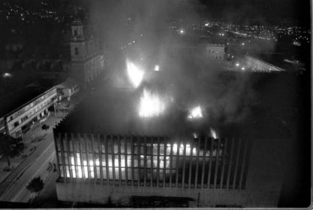 В 1985 году Эскобар и другие наркодельцы наняли большую группу партизан, вооруженных пулеметами, гранатами и переносными ракетными установками. Боевики захватили Дворец Правосудия, когда внутри здания находилось по меньшей мере несколько сот человек, и уничтожили все документы, касавшиеся экстрадиции преступников.