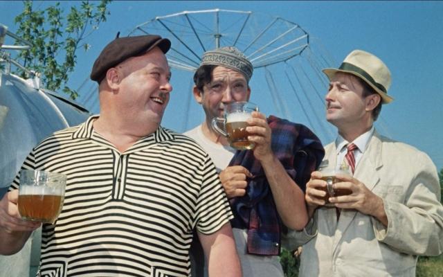 """Именно на съемках """"Кавказской пленницы"""" Вицина еле уговорили выпить кружку пива. Сначала он наотрез отказывался: """"Пиво не буду, налейте шиповник"""". Один дубль, второй, третий… Так выпил уже пять кружек с настоем шиповника, как кто-то из съемочной группы заметил: """"Не пойдет! Пены-то нет!"""""""