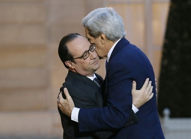 "Пользователи соцсетей обсуждали ""неловкие"" объятия президента Франции Франсуа Олланда и госсекретаря США Джона Керри из-за ""столкновения"" двух культур."