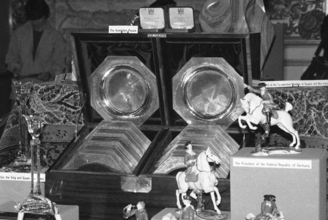 Королевский адмирал просматривал все подарки. Неподходящие подарки или неподходящие дарители были отвергнуты.