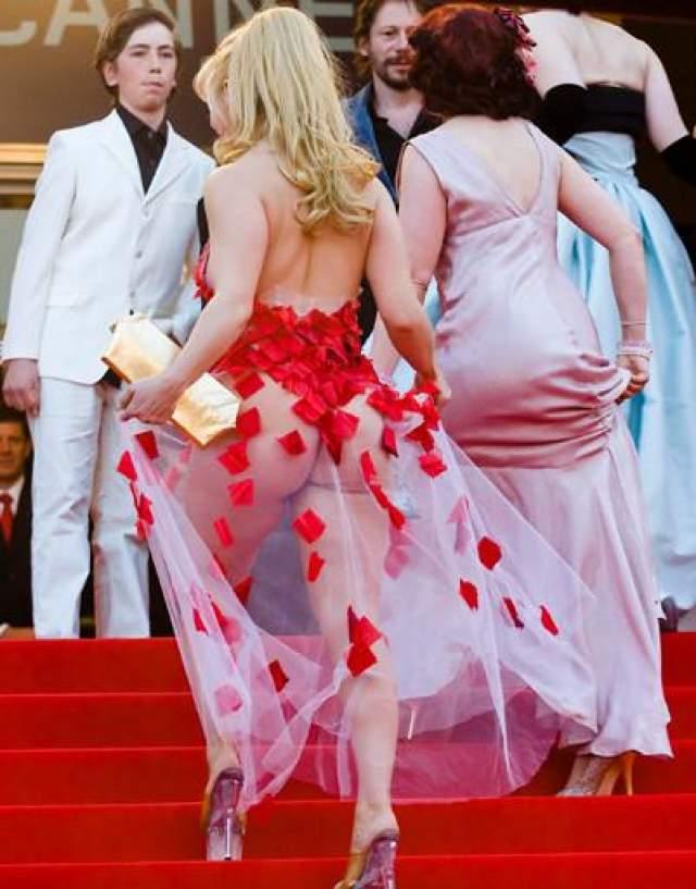 """Джули Атлас Муз Актриса Джули Атлас Муз пришла на премьеру собственного фильма """"Турне"""" в прозрачном платье с декором в форме розовых лепестков, которые, к сожалению многих, не смогли прикрыть внушительных размеров пятую точку актрисы."""