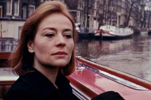 """Анни Жирардо, """"Журналист"""" (1967). На пике карьеры Анни довелось работать с советским режиссером Сергеем Герасимовым. В его фильме она появилась в образе француженки. В фильме можно слышать ек хрипловатый голос, который не подлежал дубляжу и, как отмечали зрители, по-настоящему завораживал."""