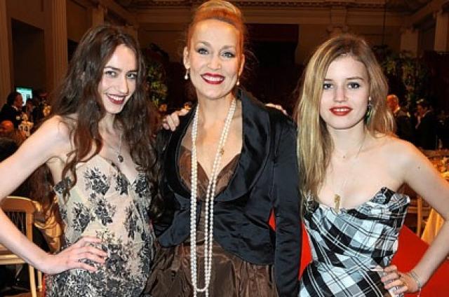 Джерри Холл. Супермодель - мама детей самого Мика Джаггера. Две дочери пошли по стопам мамы и стали моделями.