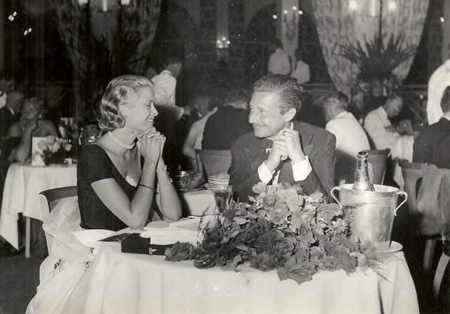 Кстати, после развода с Тирни Кассини завел бурный роман с Грейс Келли, и когда та была его официальной невестой художника по костюмам, и произошло ее знакомство с монакским князем.
