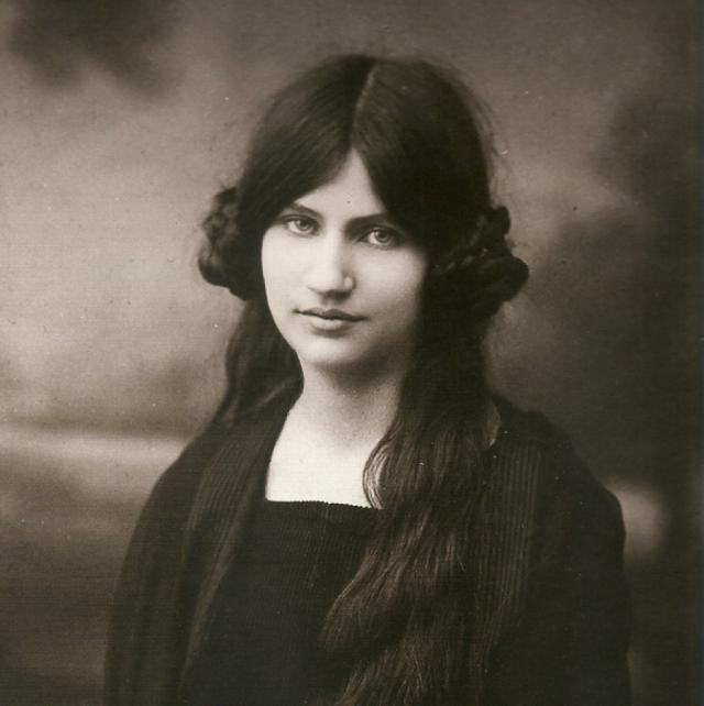 Жанна Эбютерн. Муза и неофициальная жена художника Амедео Модильяни прожила всего 22 года.