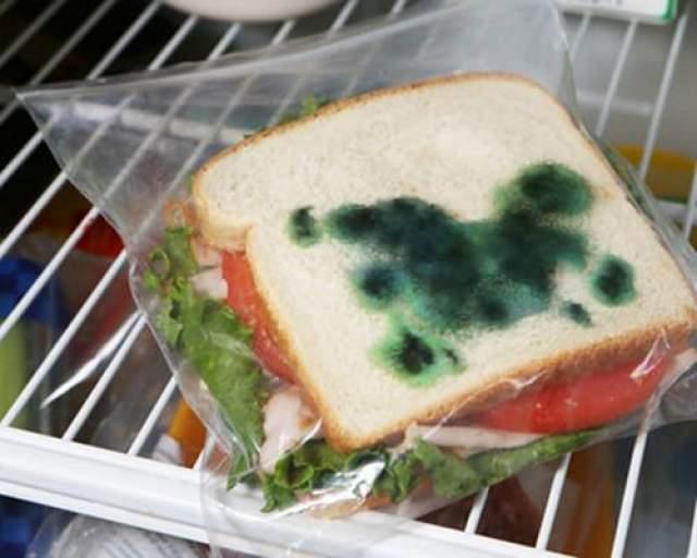 Такой вот сэндвич Сэндвич свежий, а вот на упаковке просто изображена плесень.