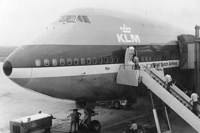 Это был воскресный день и пассажирский трафик оказался слишком высоким. Самолеты, ожидающие открытия Лас-Пальмас, заняли все стоянки. Некоторые самолеты стояли даже на рулежных дорожках.