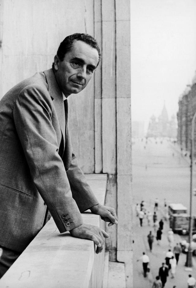 Микеланджело Антониони , 1965. В Москве, судя по фото, звезде нравилось.