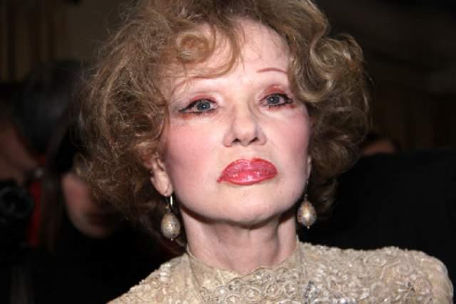 """О возвращении молодости уже, увы, речи не шло, поскольку кожа Людмилы Марковны потеряла эластичность и очень истончилась, глаза перестали полностью закрываться, губы """"застыли"""" в улыбке, ухудшилось зрение. Последнюю круговую подтяжку лица она сделала в 73 года, после чего вскоре скончалась."""