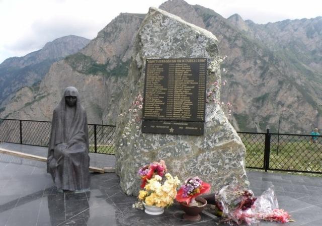 По официальной версии, Сергей Бодров-младший и вся съемочная группа погибли в результате обвала камней. Спасательные работы длились около месяца.
